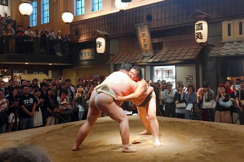 元力士による相撲パフォーマンス