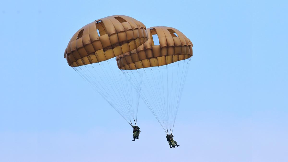 習志野演習場 第1空挺団降下訓練始め