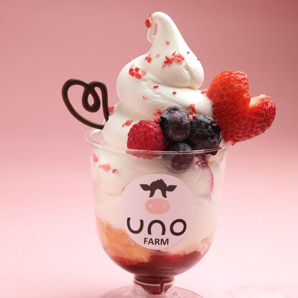 天塩・宇野牧場「北海道産ベリーと有機牛乳のソフトクリームパフェ」(1個)780円